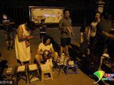2017年8月9日,山东菏泽。10日至12日是菏泽市实验小学招生的日子,大批家长在招生的头天晚上就来到学校外排队等待。