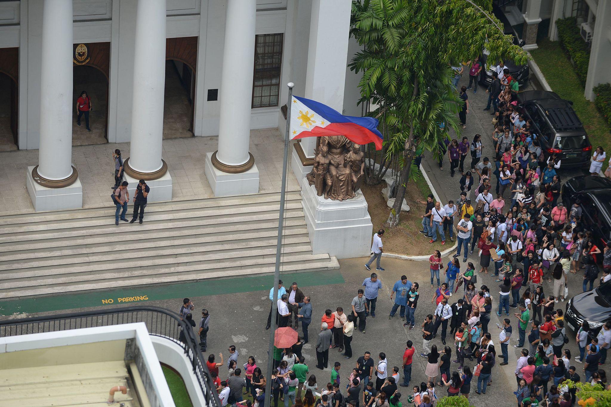 菲律宾也发生强震!首都学生抱头撤离(组图)