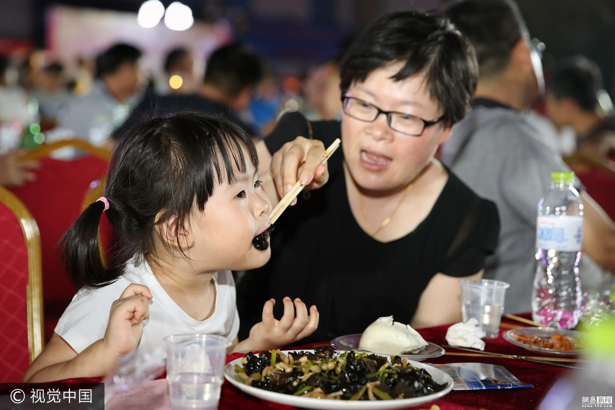 山东700余人广场共享百家宴 场面壮观 - 周公乐 - xinhua8848 的博客