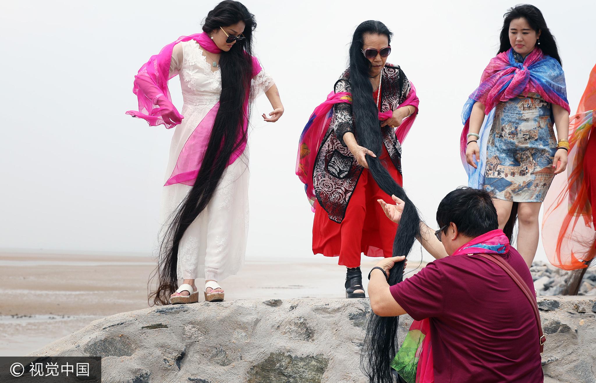 5名长发女齐聚海边 头发总长近5层楼高 - 周公乐 - xinhua8848 的博客