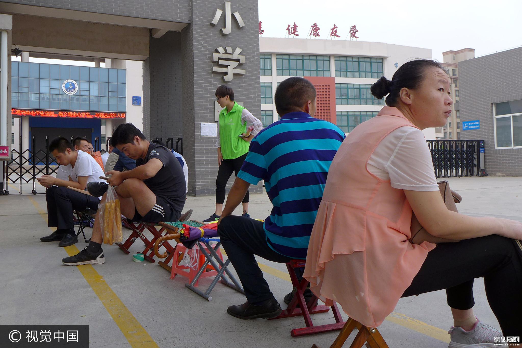 山东家长起早贪黑排队为孩子入学报名 - 周公乐 - xinhua8848 的博客