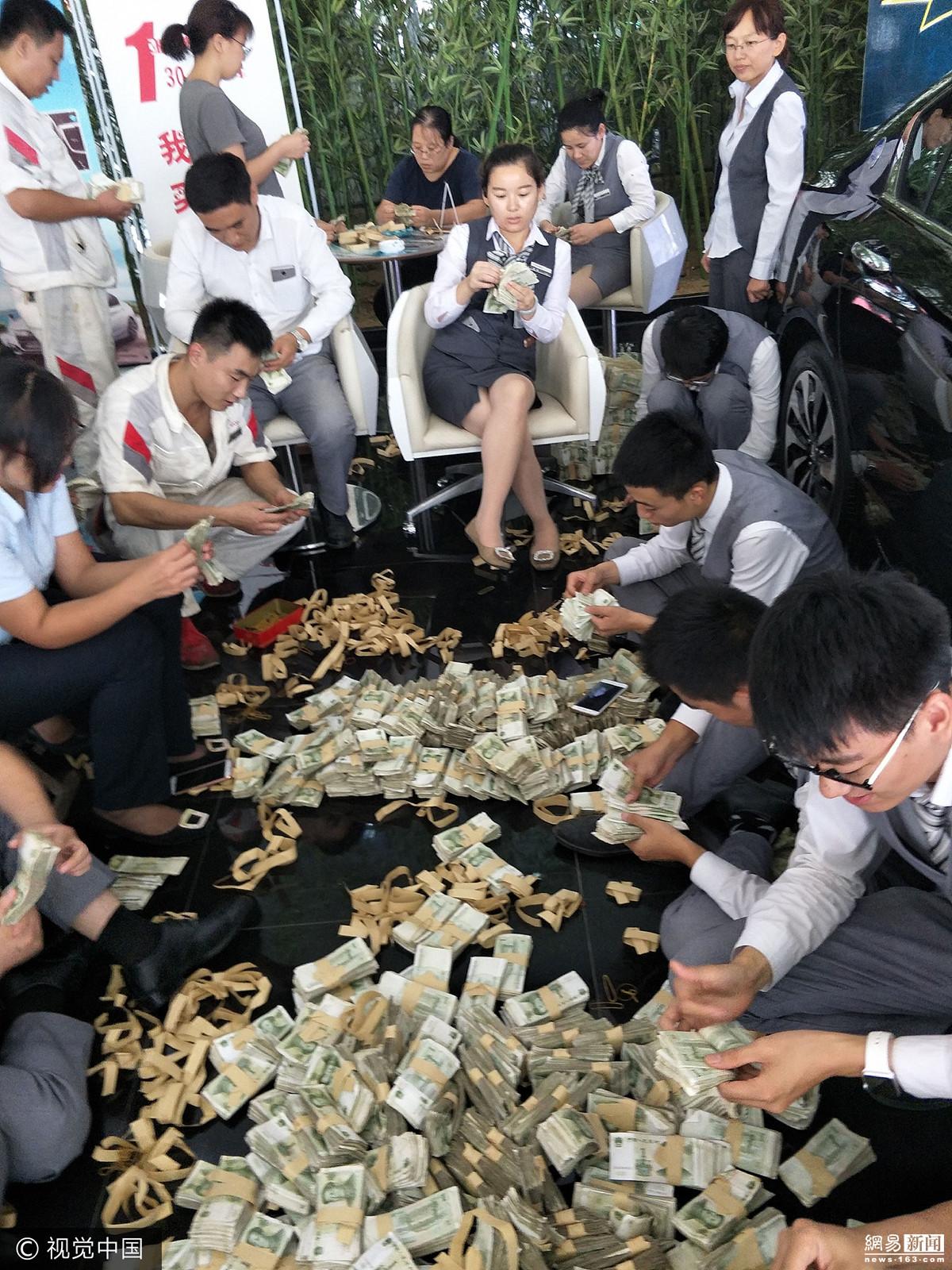 女子带4麻袋零钱买车 员工数钱数到手抽筋 - 周公乐 - xinhua8848 的博客