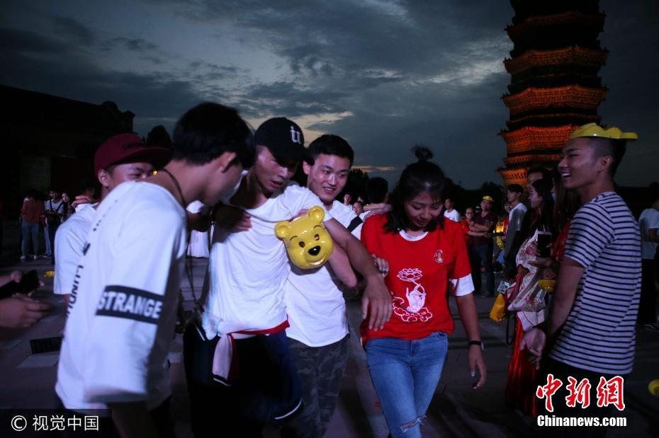 77对情侣上演熊抱女友 男友累到被搀扶 - 周公乐 - xinhua8848 的博客