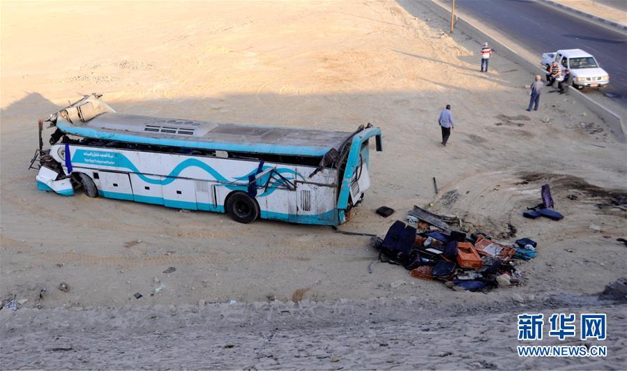 有一汽车-埃及一辆客车与皮卡相撞 造成至少14人死亡图片
