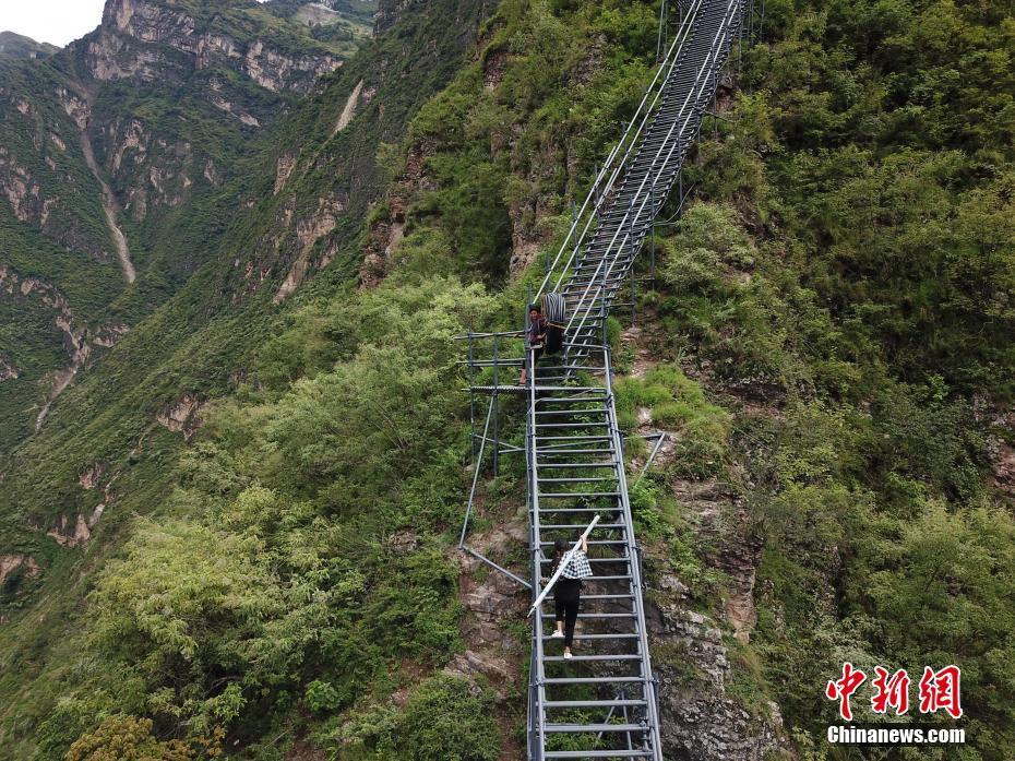 """凉山悬崖村村民靠2556级""""钢管天梯""""出行 - 周公乐 - xinhua8848 的博客"""