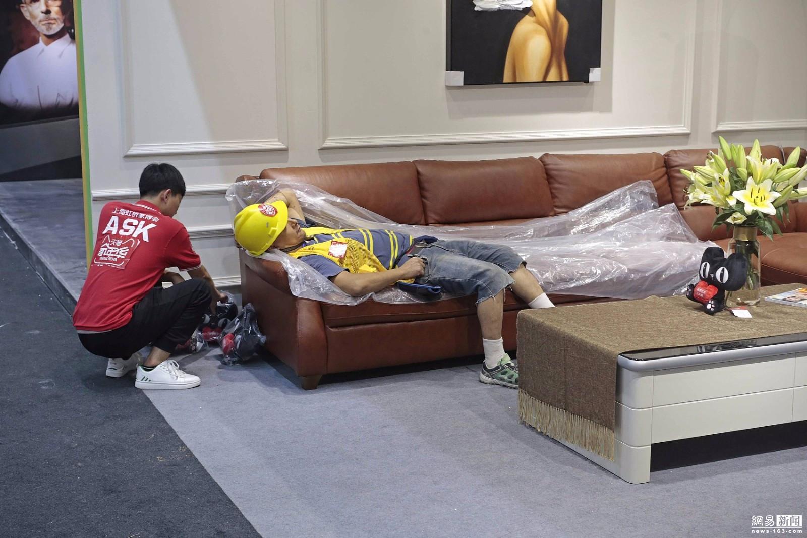 工人熬夜布展躺沙发睡着 展商不忍叫醒 - 周公乐 - xinhua8848 的博客