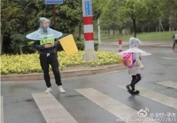 祖国花朵专用雨衣火了!满街都是花仙子 - 周公乐 - xinhua8848 的博客