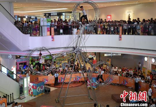 商场上演飞轮秀博眼球 现场尖叫声不断 - 周公乐 - xinhua8848 的博客