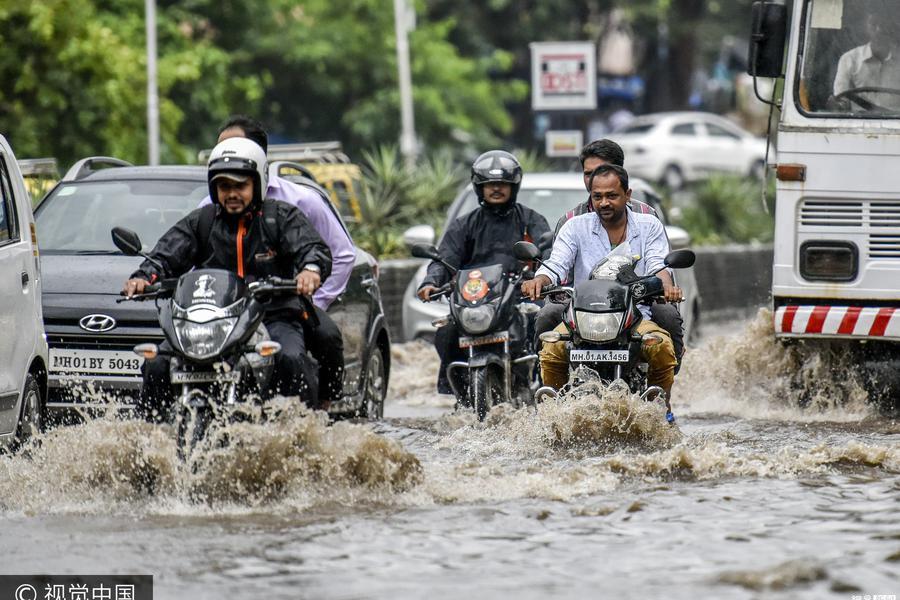 印度暴雨致街道变海洋