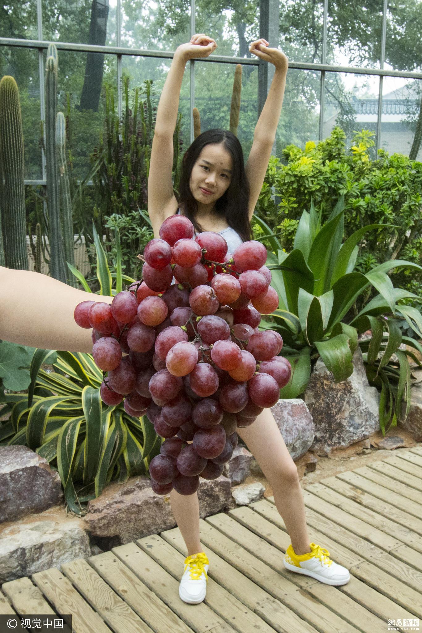女子将水果蔬菜服装 穿 上街头 创意十足