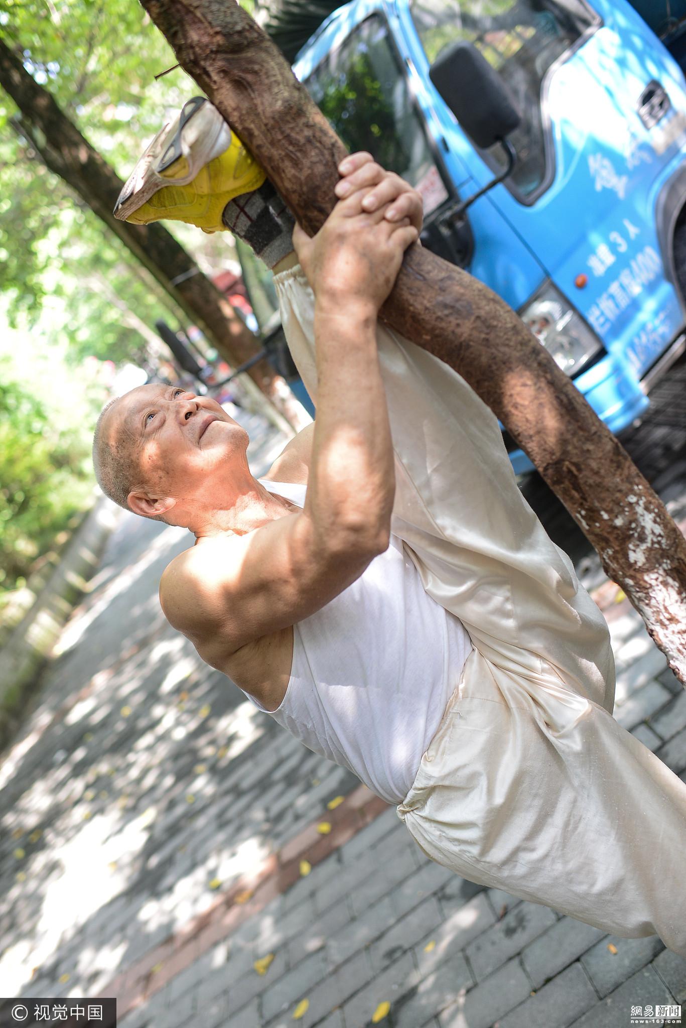 90岁大爷秀绝活:一口气做108下俯卧撑 - 周公乐 - xinhua8848 的博客