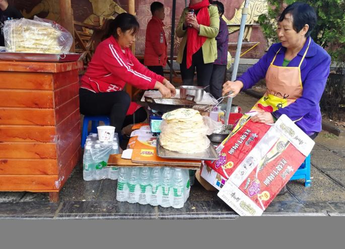 大妈在景区卖煎饼 一个十元 黄金周每日进账8千元(图)