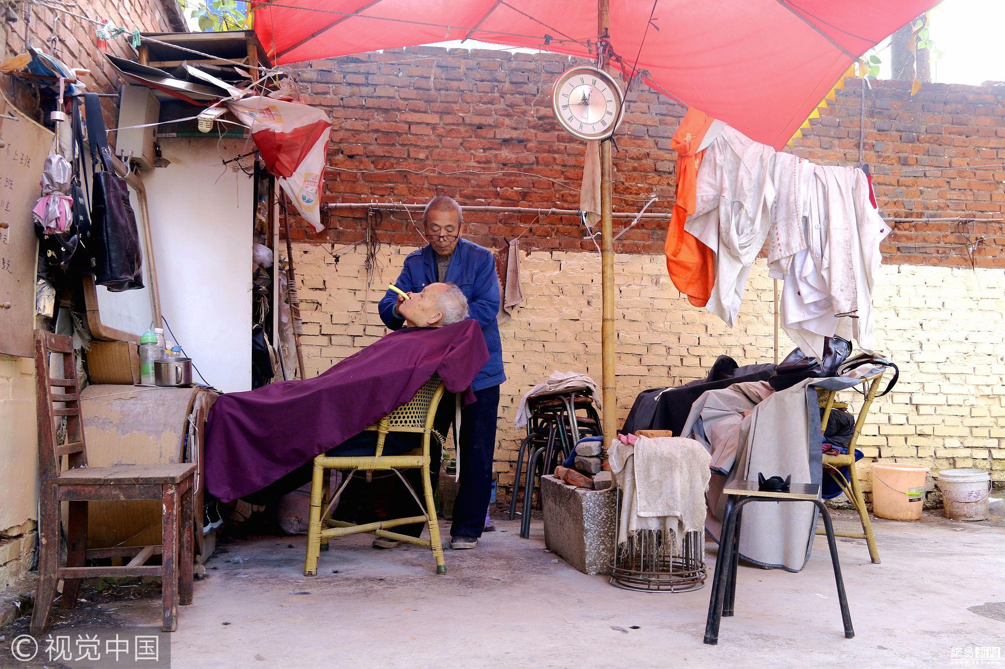 75岁理发匠坚持露天理发22年 每人只收3元 - 周公乐 - xinhua8848 的博客