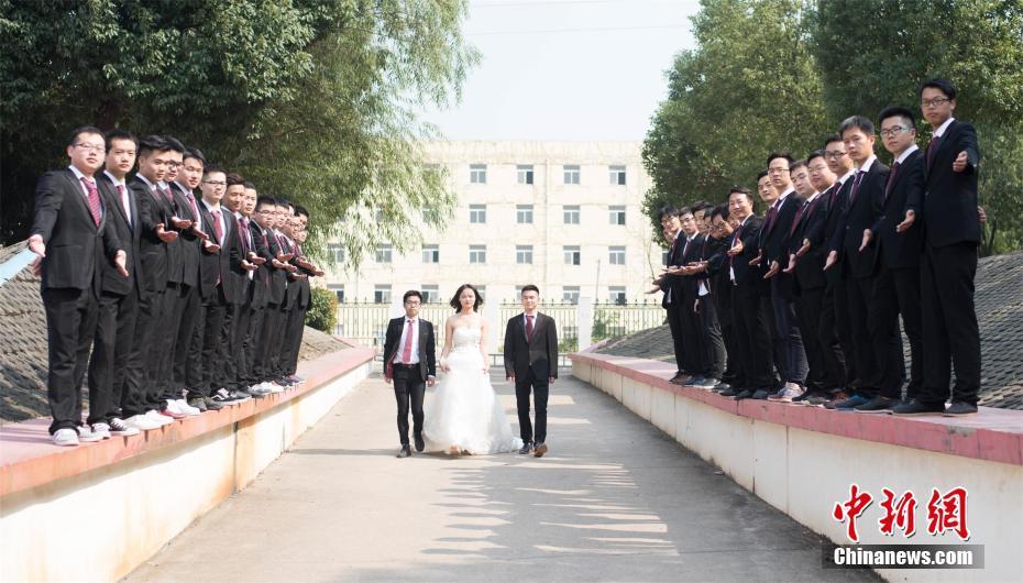 全班36人仅1名女生 高校学生拍创意毕业照! - 周公乐 - xinhua8848 的博客