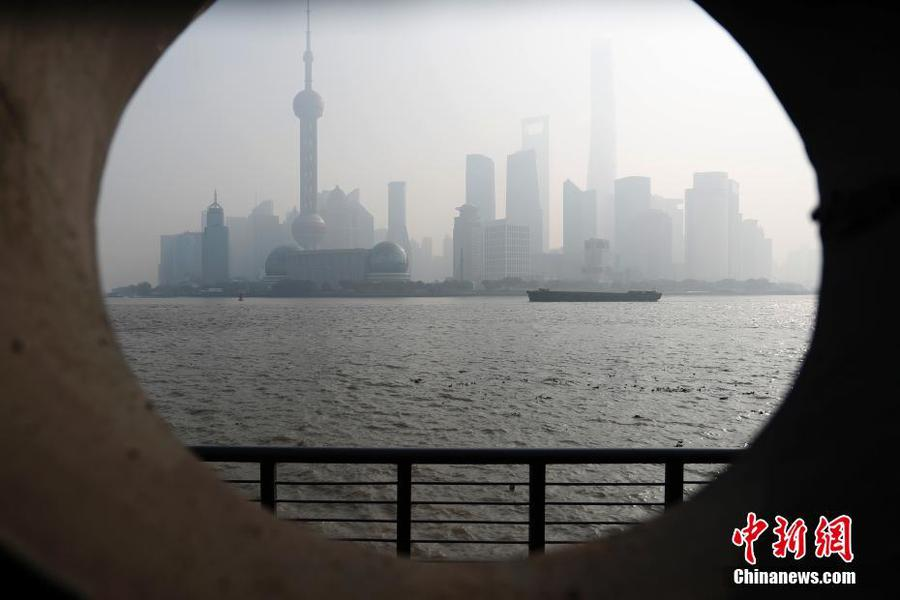 雾霾重袭上海天际线若隐若现