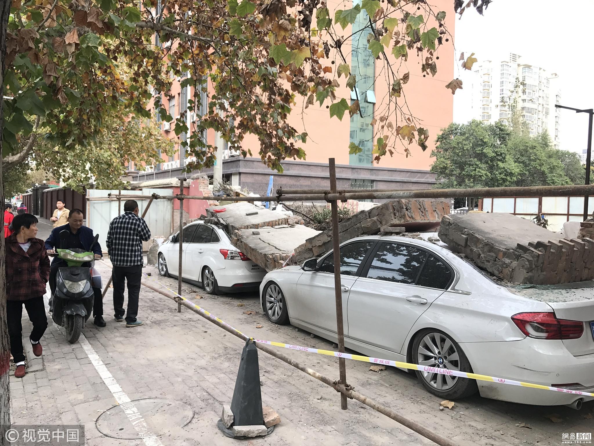 垃圾清运车撞倒围墙 三辆小轿车遭殃 - 周公乐 - xinhua8848 的博客