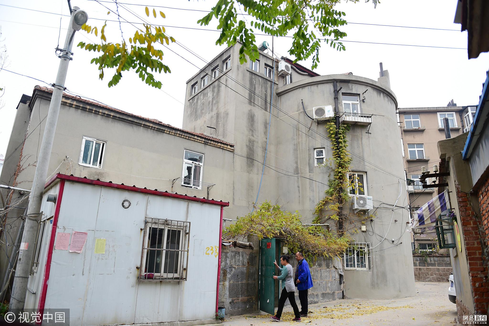 39号,有一座圆柱形的三层小楼,建筑四周随处可见大小不一的窗图片