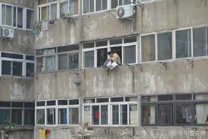 男子欲轻生跳楼 被消防员用水枪呲回屋里
