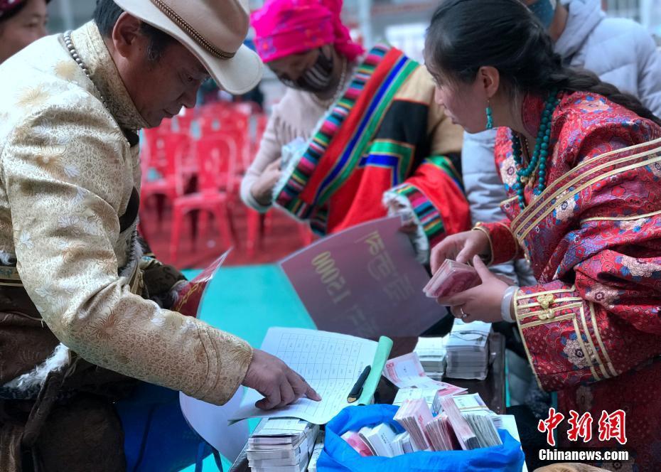 青海一合作社分红 藏族牧民用袋装现金 !!! - 周公乐 - xinhua8848 的博客