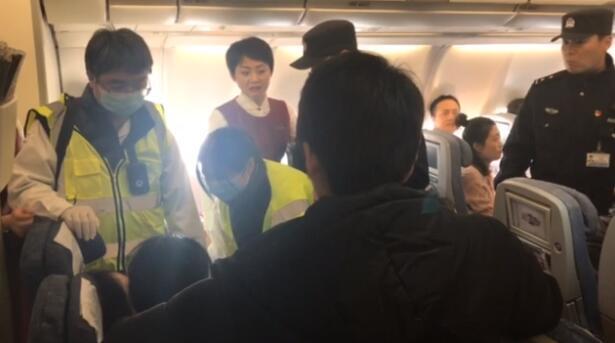 12月20日上午,北京飞往成都的一架飞机在起飞20分钟后返航。据机上乘客称,该航班从北京首都机场起飞后不久有乘客按了呼叫铃,空乘人员发现有一名乘客有疑似晕厥的状况,随后空乘进行机上广播寻找医护人员。这名乘客是一名年龄50多岁的女性,机组人员问询身体状况,对方一直保持沉默,随后机组决定返航并通知机上乘客,乘客没有提出异议。来源:北青报记者王天琪