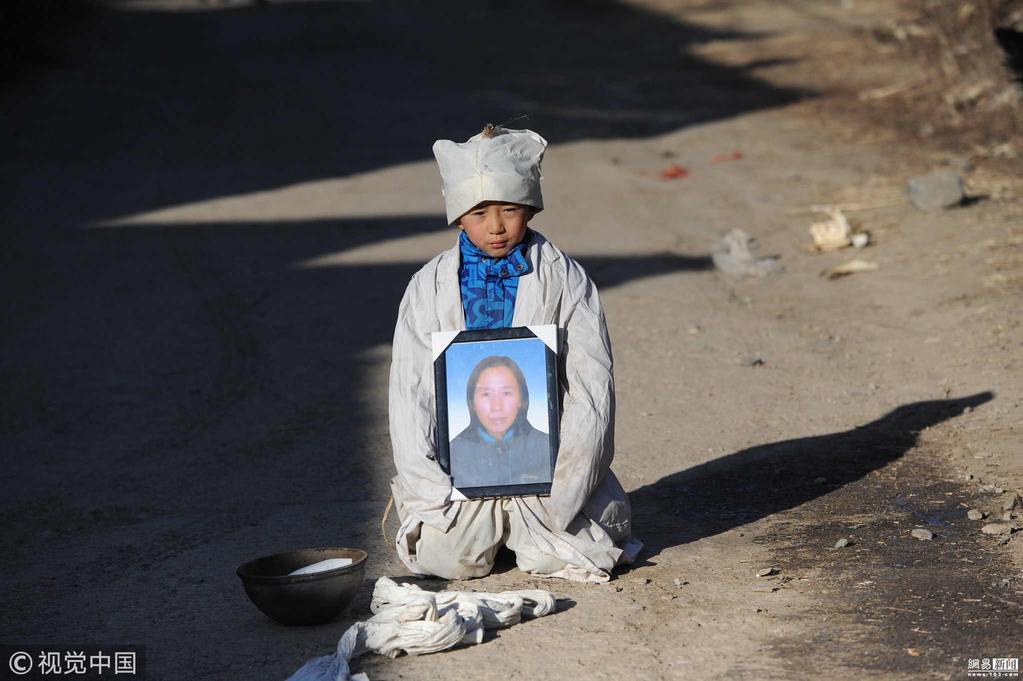 母亲去世村民凑钱帮其下葬 7岁孤儿跪谢乡亲 !!! - 周公乐 - xinhua8848 的博客