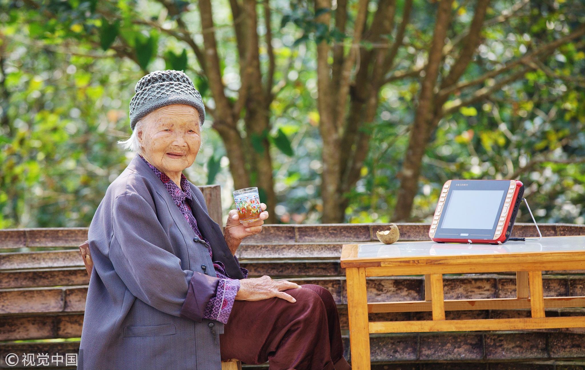 百岁女汉子赤脚干活 背柴上下山如履平地 !!! - 周公乐 - xinhua8848 的博客