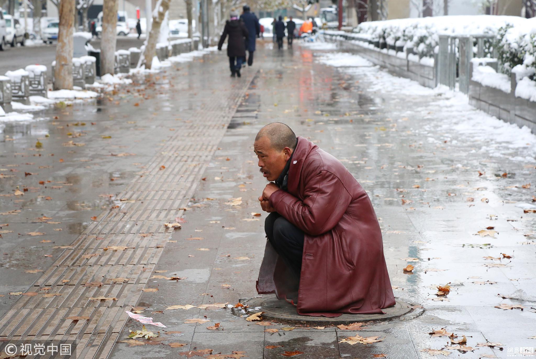 民工雪中轮流蹲热力井盖蹭暖 场景戳人泪点! - 周公乐 - xinhua8848 的博客