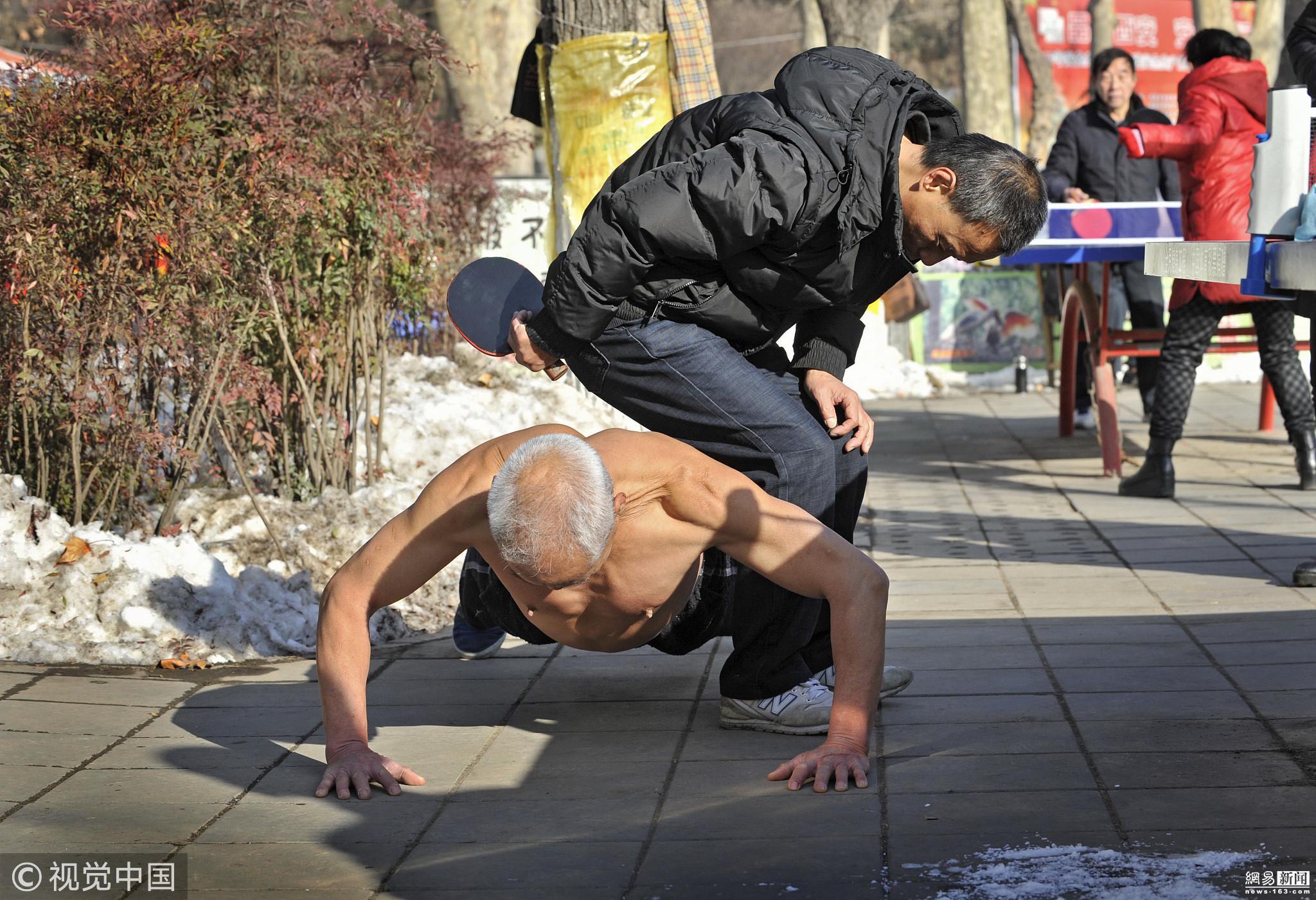 69岁老人零下8度赤膊锻炼 一年四季洗冷水澡! - 周公乐 - xinhua8848 的博客