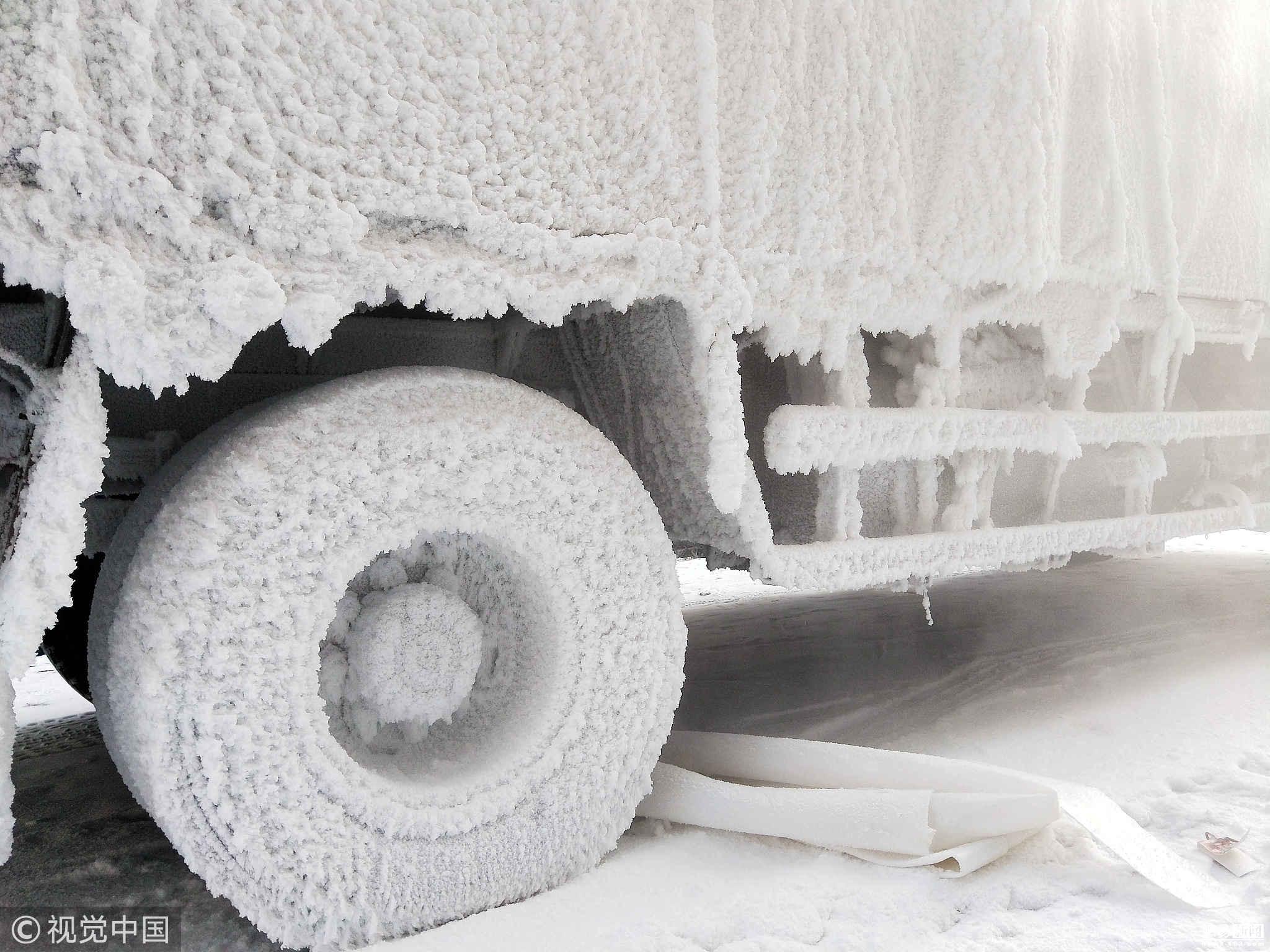 天气如此寒冷,南方的车子都受不了了,直接穿上雪衣
