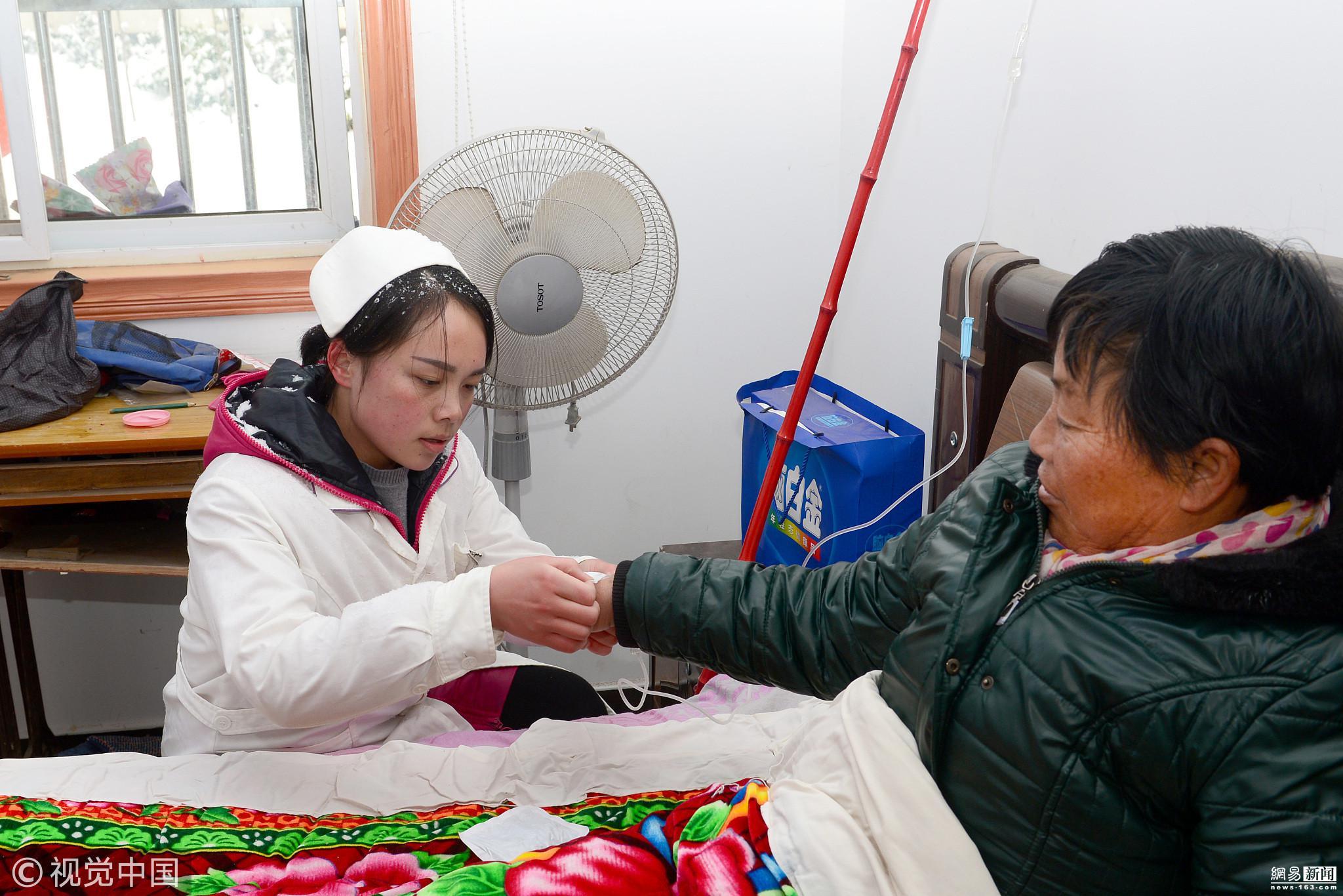 暴雪致山路冰封 医护人员送医上门 - 周公乐 - xinhua8848 的博客