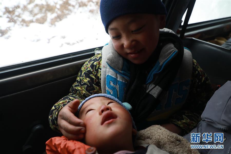 凉山男孩雪中背弟弟 200米落差山路走50分钟!!! - 周公乐 - xinhua8848 的博客