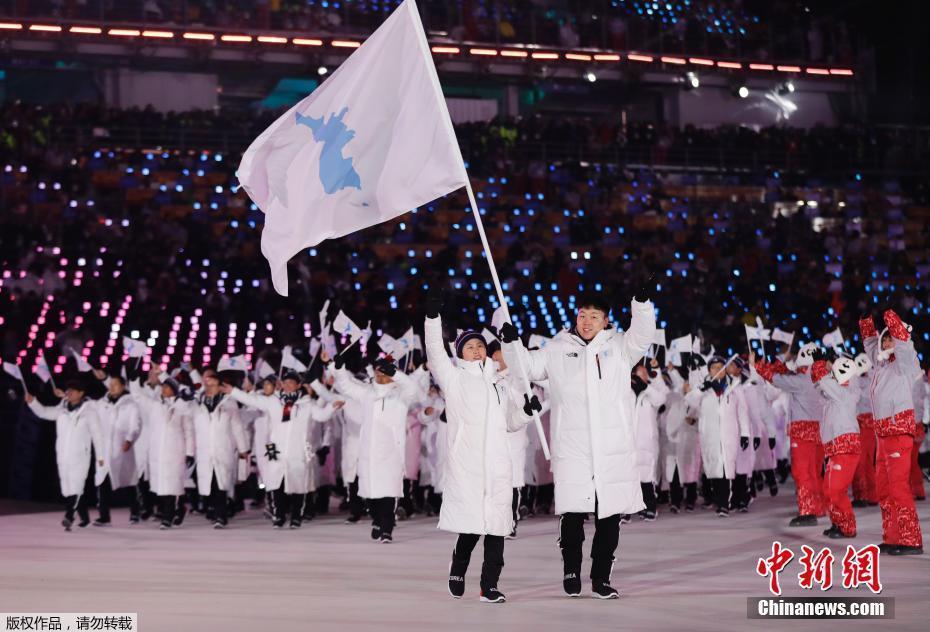 平昌冬奥会:韩朝共举半岛旗入场