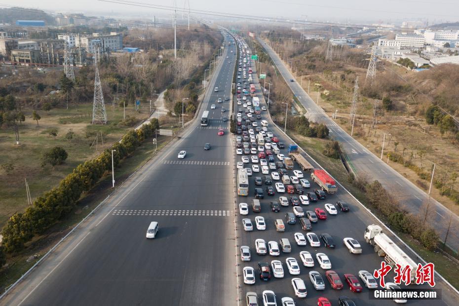 春节临近 高速路上现钢铁长龙 - 周公乐 - xinhua8848 的博客