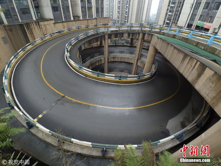 重庆一小区现旋转公路 回家先转4圈! - 周公乐 - xinhua8848 的博客