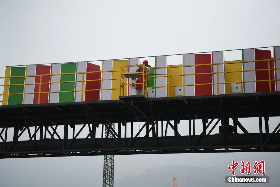 重庆天桥建露天公厕 网友称是空中厕所! - 周公乐 - xinhua8848 的博客