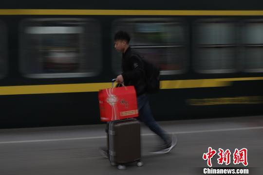 春节临近 民众携行李步履匆匆把家还 ! - 周公乐 - xinhua8848 的博客