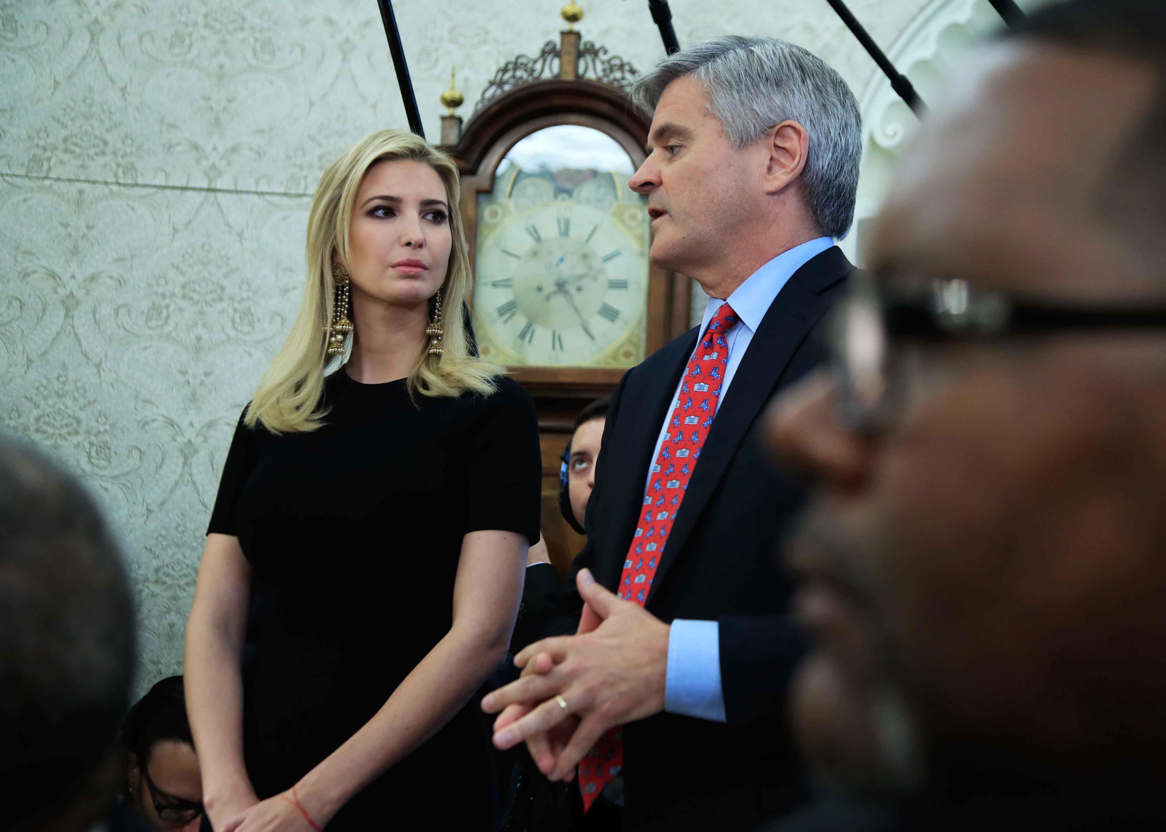 伊万卡出席白宫会议 气质高冷大耳坠抢镜(组图)