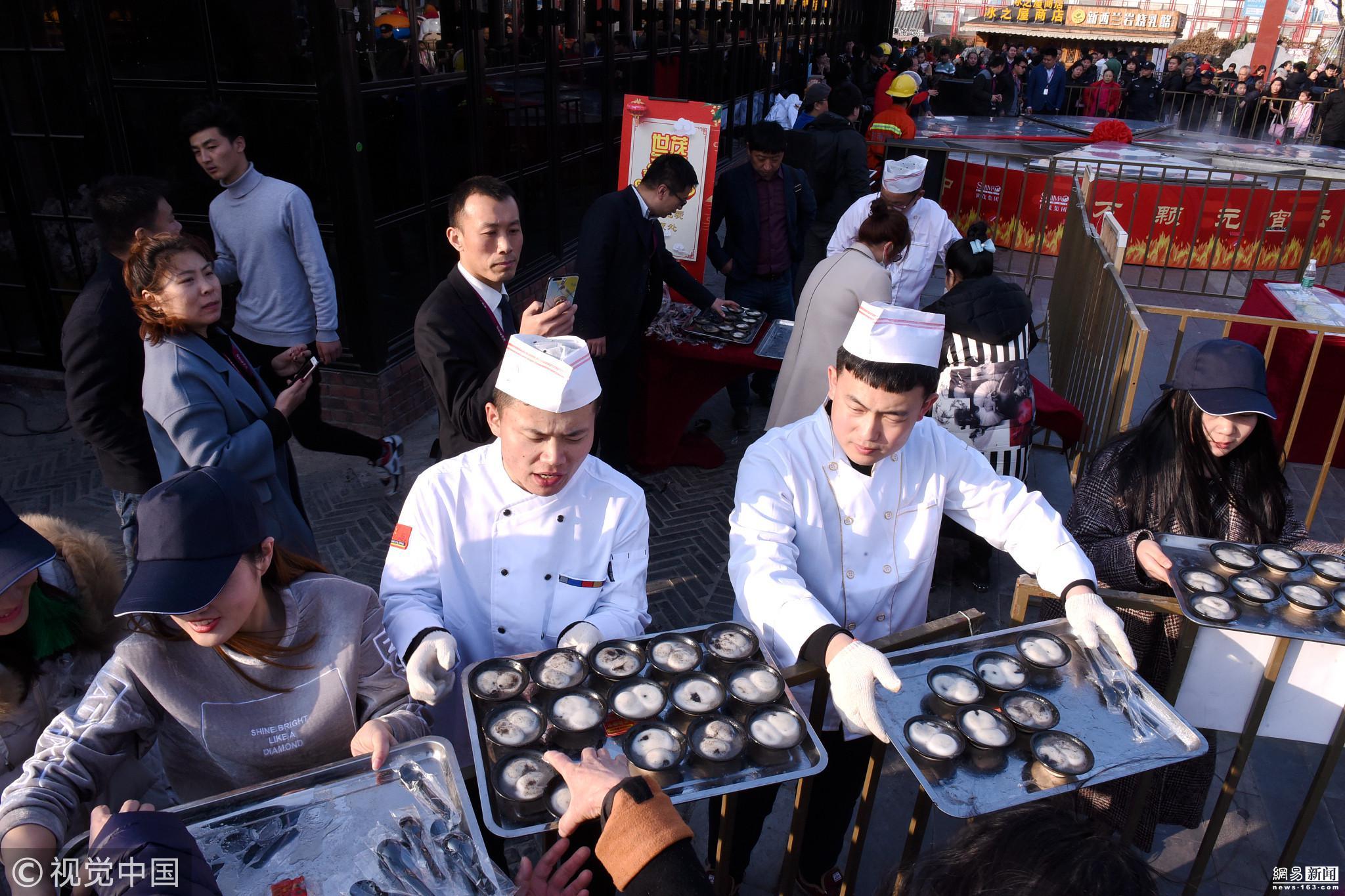 济南直径6.6米大锅蒸2000个汤圆 市民排长队 - 周公乐 - xinhua8848 的博客
