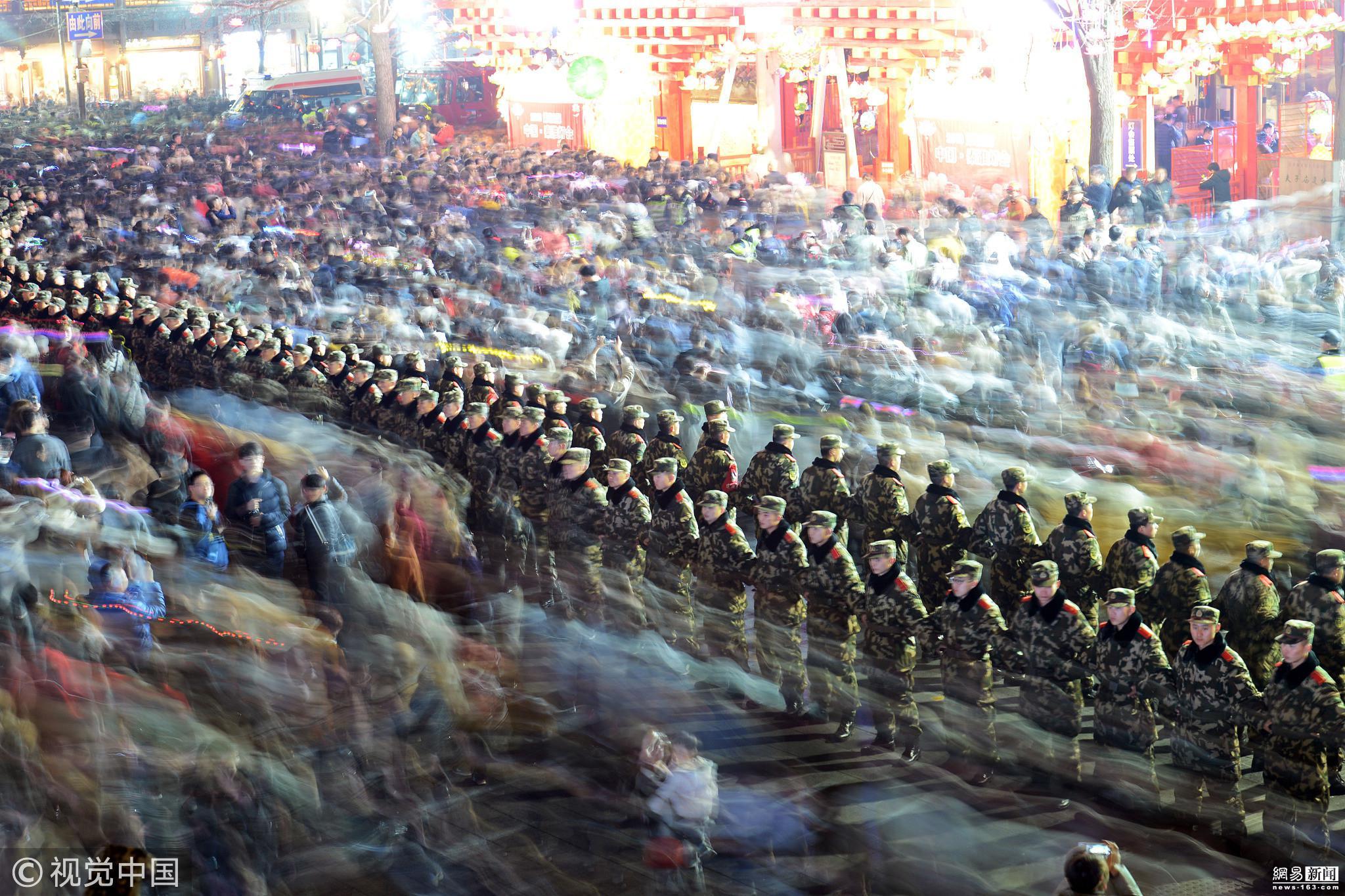 南京武警官兵搭设人墙护航游客秦淮赏灯 ! - 周公乐 - xinhua8848 的博客