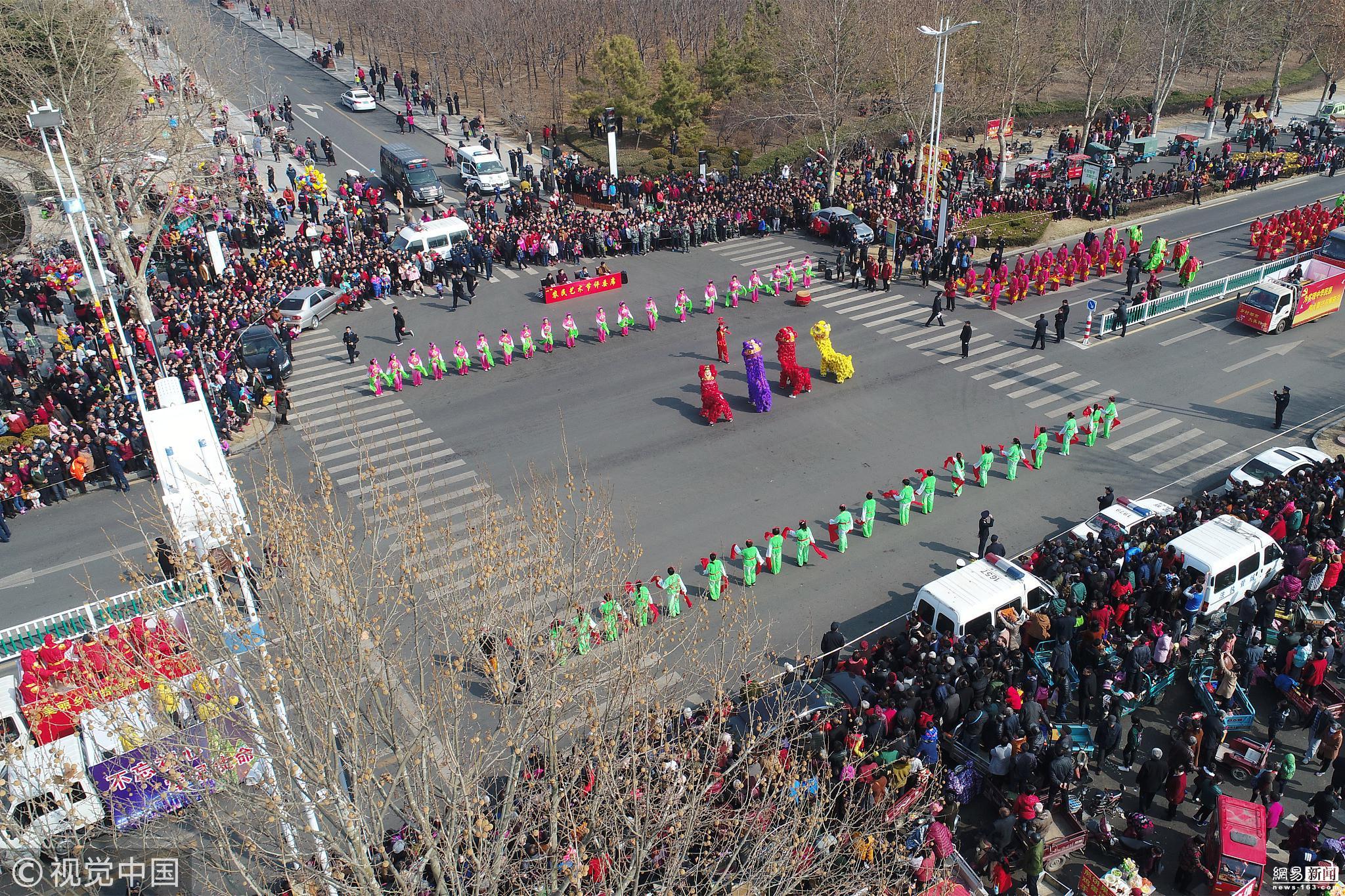山东秧歌会演引万人围观 民众自带梯子观看!!! - 周公乐 - xinhua8848 的博客