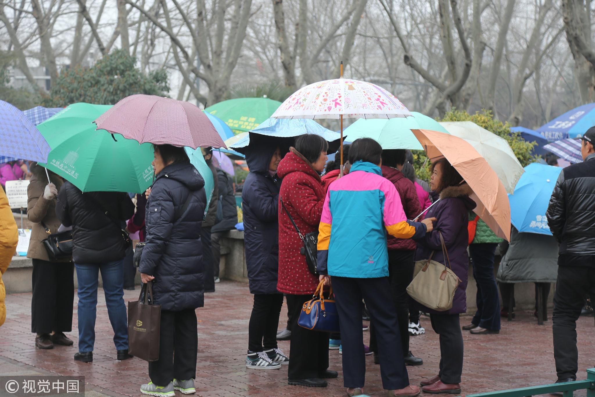 直击郑州相亲角:父母冒雨撑伞为子女征婚 ! - 周公乐 - xinhua8848 的博客