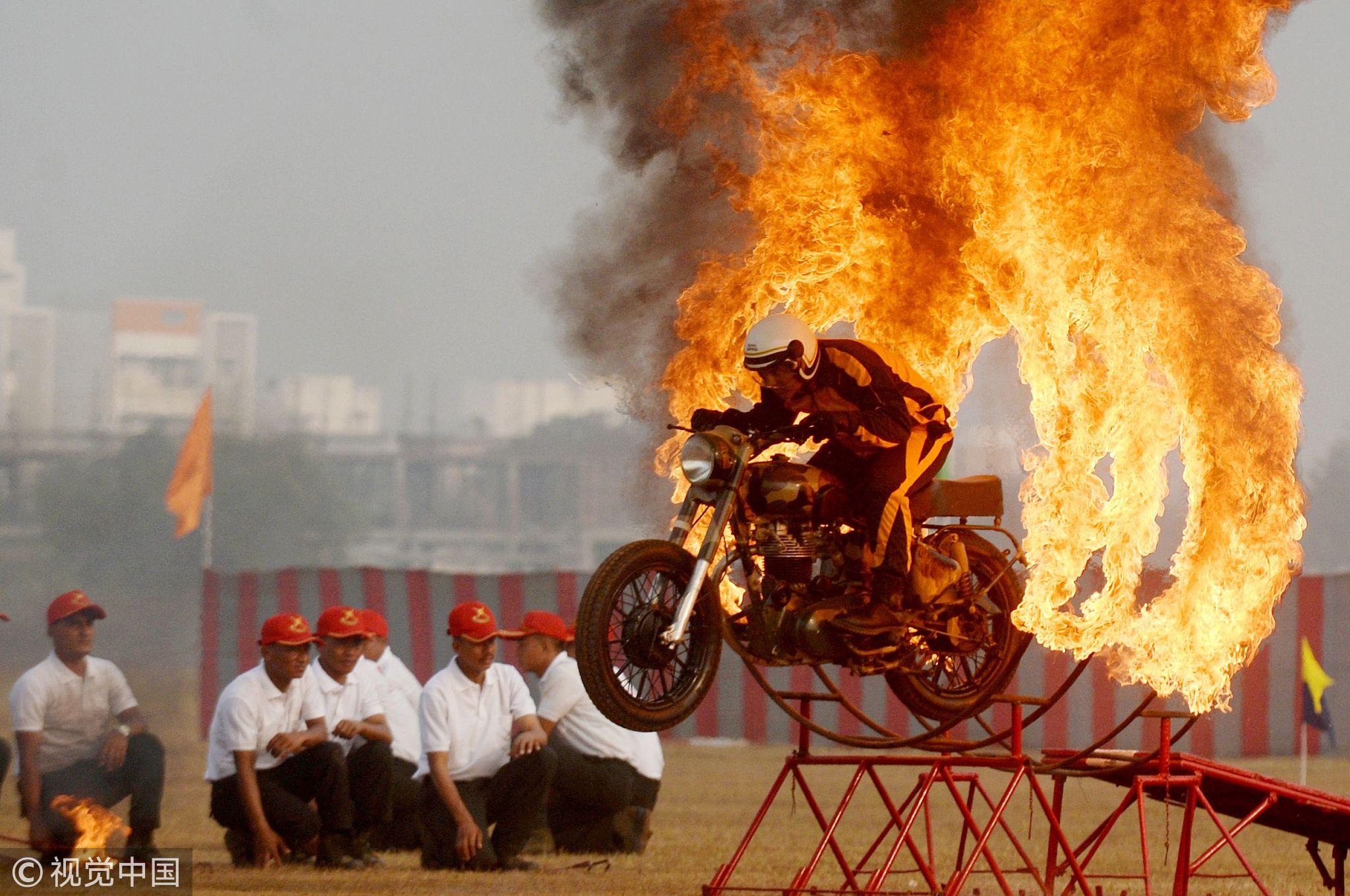 印度士兵组摩托车队钻火圈惊险刺激!!! - 周公乐 - xinhua8848 的博客