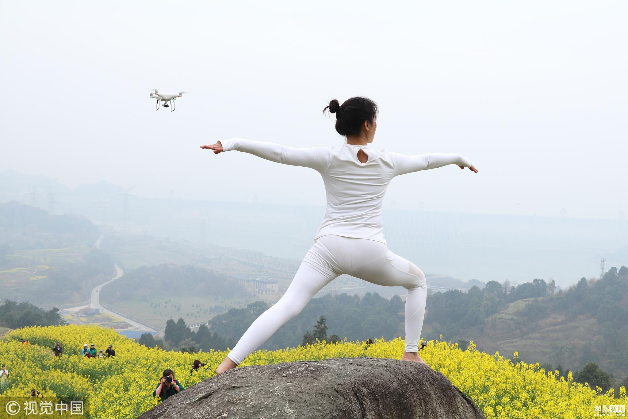 三峡大坝油菜花盛开 网红大妈练瑜伽