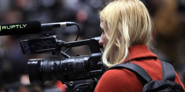"""两会的中外记者尽相比拼""""长枪短炮"""""""