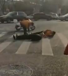 老人推倒交通志愿者后躺地 被指碰瓷又坐起 - 周公乐 - xinhua8848 的博客