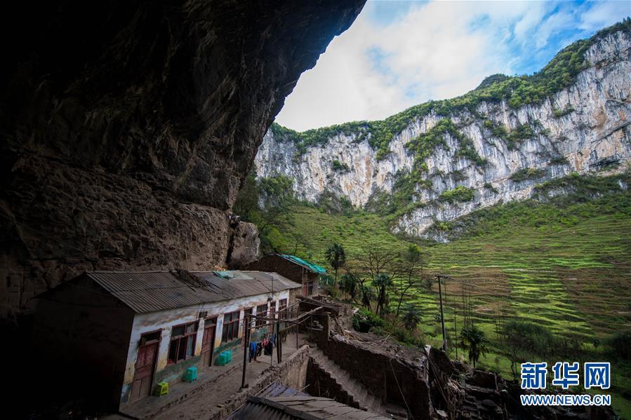 [奇观]云南镇雄天坑深120米 32人隐居其中!!! - 周公乐 - xinhua8848 的博客