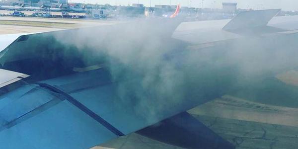 美国一客机飞行中发动机冒烟 被迫紧急着陆