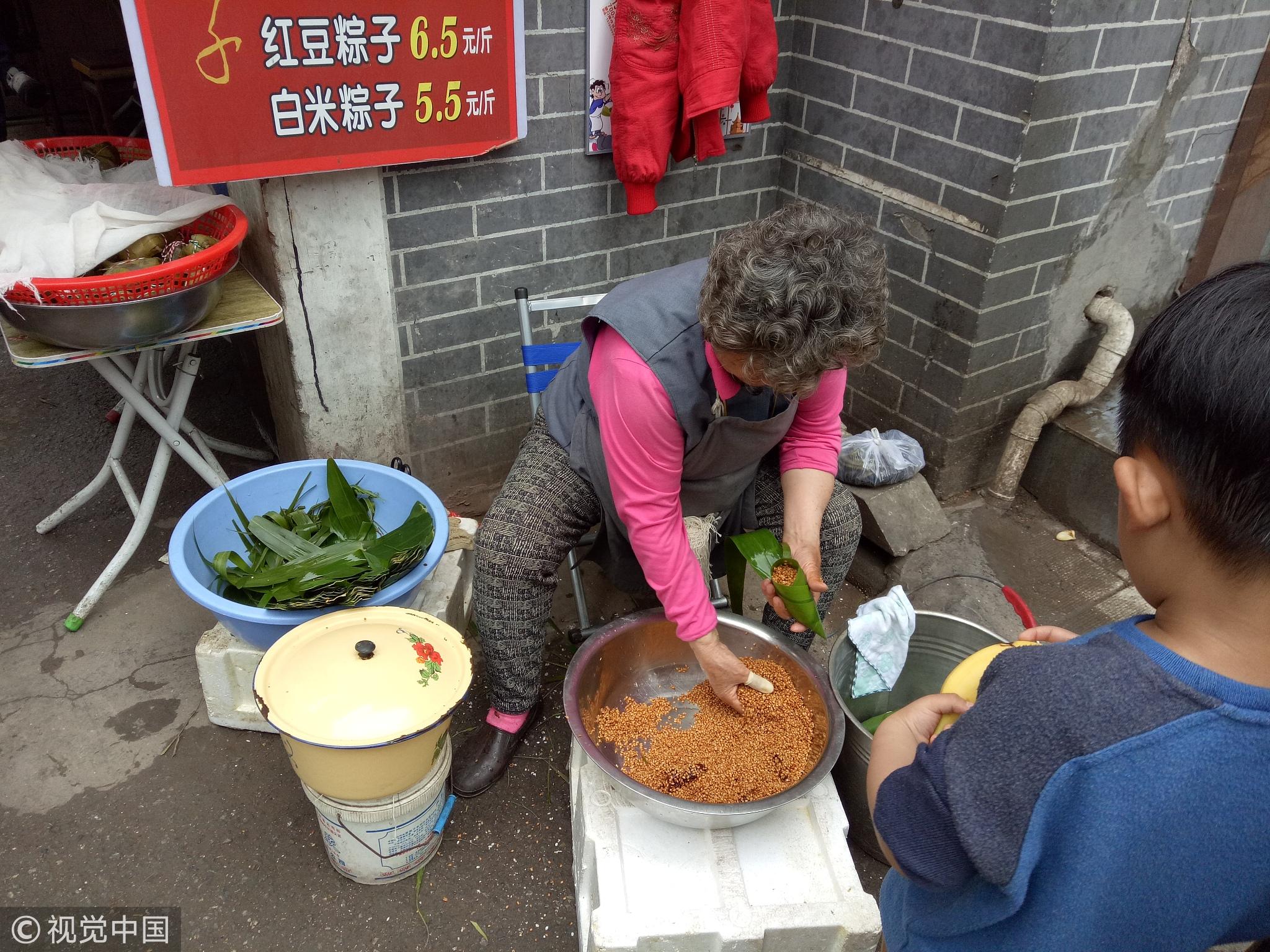 8旬老太现场包粽子 1天要卖七八百只! - 周公乐 - xinhua8848 的博客