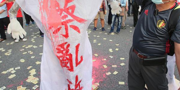 台湾退休警消团体抗议年改 撒冥纸泄愤
