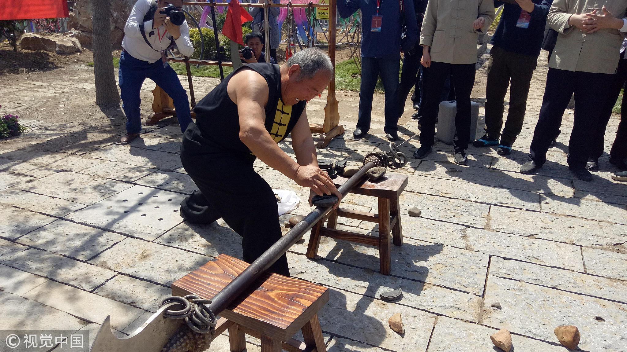 七旬老人徒手劈碎铁秤砣 曾创吉尼斯纪录! - 周公乐 - xinhua8848 的博客